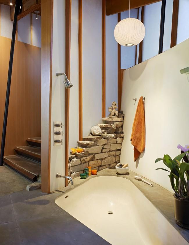 Стальная небольшая ванна в интерьере с элементами восточного стиля