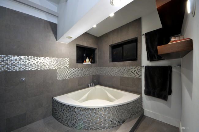 Красивое сочетание мозаики на стенах и в экране ванны