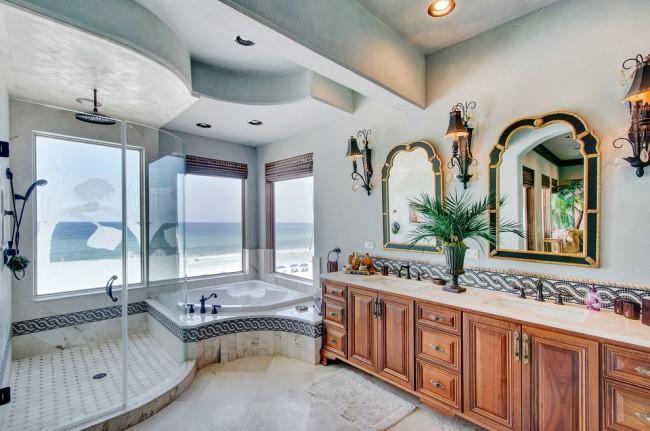 Прекрасная ванная комната в колониальном стиле. Обратите внимание, как пристроена душевая