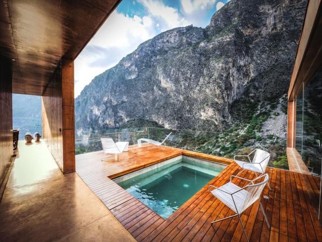 Шикарная терраса, надстроенная над бассейном. Чтобы ничего не вмешивалось в картину вида на горы, перила этой террасы - стеклянные