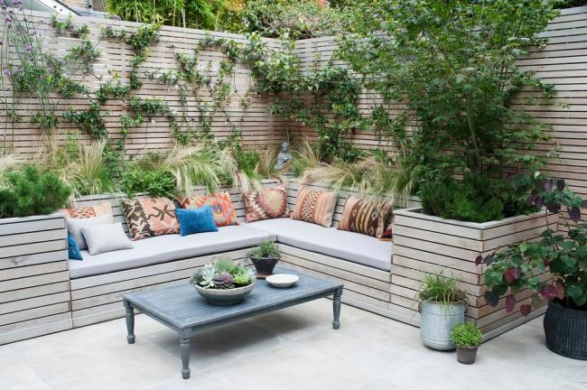 Оформление деревянной ограды участка оплетающими растениями