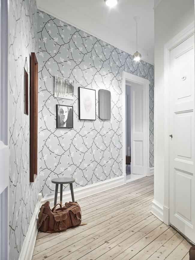 Светло-серые обои с небольшими цветочками смотрятся достаточно привычно и традиционно в коридоресерые обои с небольшими цветочками смотрятся достаточно привычно в коридоре
