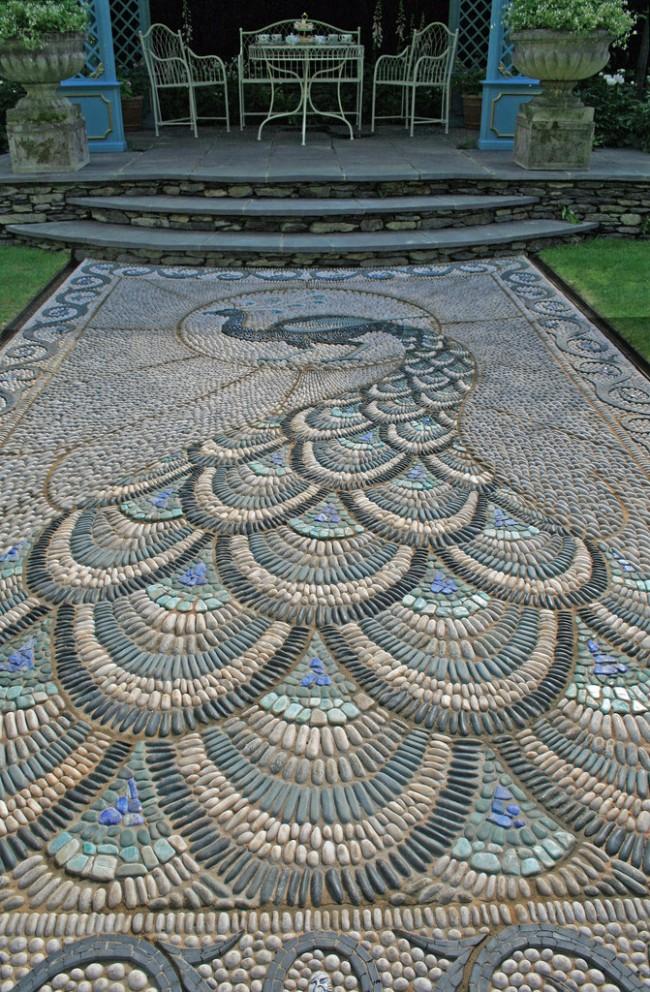 Мозаичная садовая дорожка не перестанет поражать своей красотой вас и ваших гостей