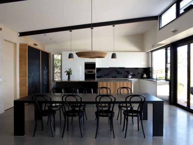 Современная черно-белая, с вкраплениями дерева, кухня в просторном частном дом, построенном в пионерских тенденциях архитектуры