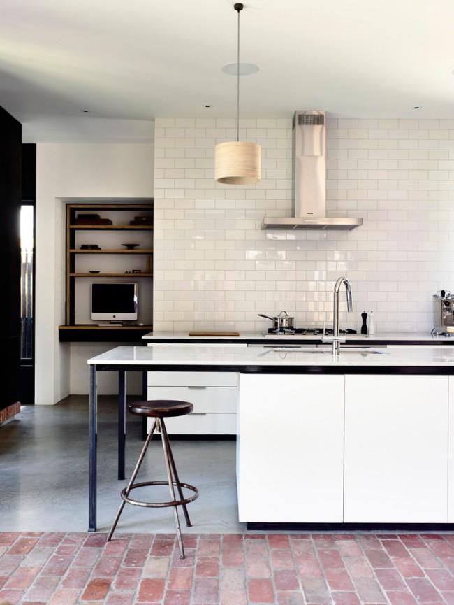 Белая кухня с небольшими элементами черного цвета в мебели