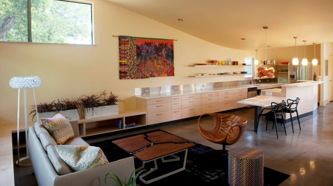 Уютный интерьер с П-образной кухней в стиле модерн. Особый шик обстановке придают изысканные кожаные кресла и необычный кофейный столик