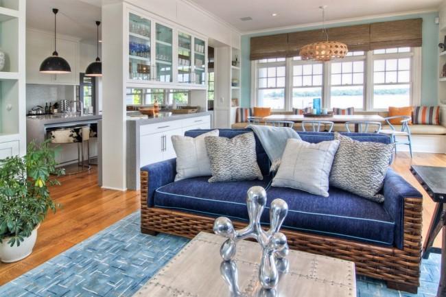 Кухня-гостиная в морском стиле, зонированная мебельной перегородкой: шкафом с посудой, прозрачным с двух сторон