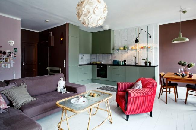 Отдельные зоны квартиры-студии можно выделить разным цветом. На фото - благородное сочетание приглушенных тонов фиолетового и зеленого