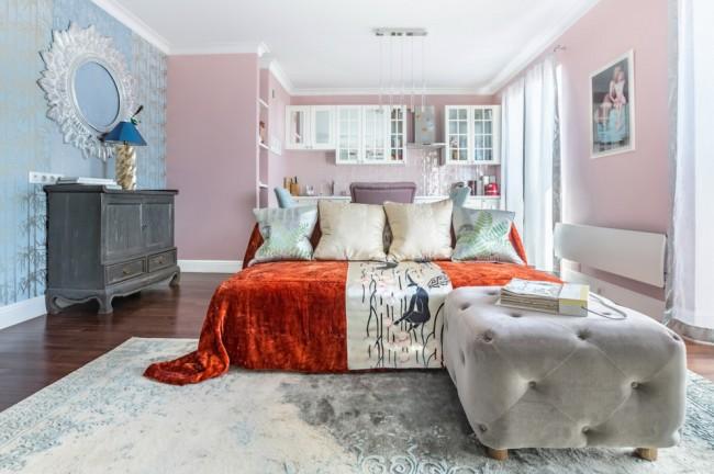 Броские смелые акценты на фоне забавного сочетания розового и голубого в цвете настенных покрытий