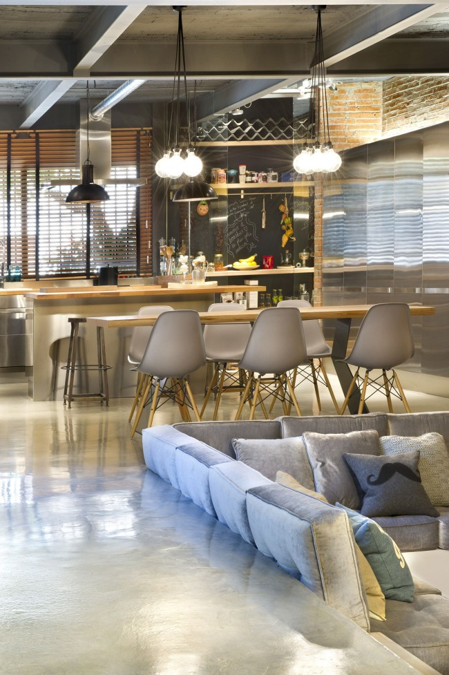 Для разделения кухни и гостиной можно расположить их на разном уровне