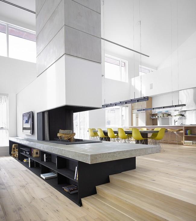 Перегородка с трехсторонним камином и свободно обозначенная зона большой столовой и приветствия гостей в интерьере первого этажа дома