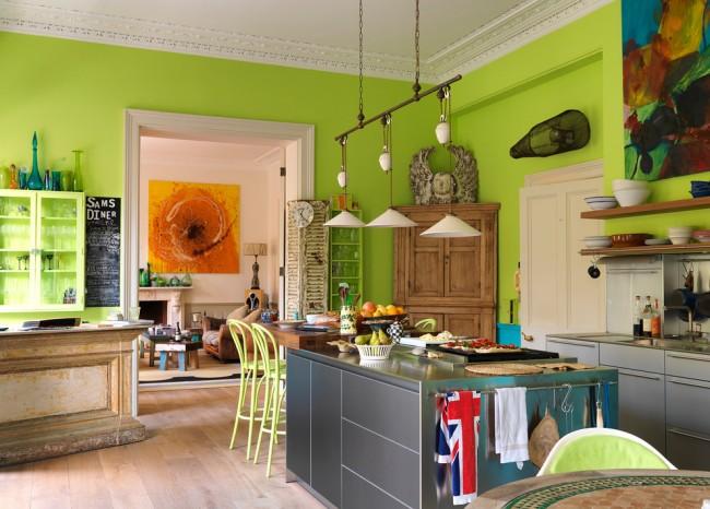 Яркая и дерзкая цветовая гамма эклектичной кухни, где есть все: от металликовых индустриальных поверхностей до кислотных цветов и готичной мебели