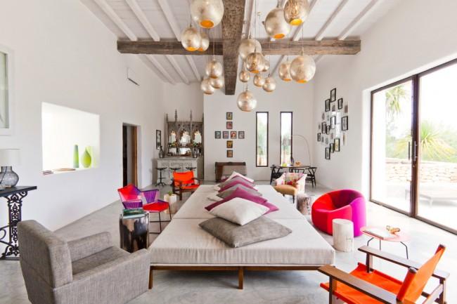 Яркие цвета помогут сделать дизайн комнаты контрастнее, тем самым подчеркнув смешанный стиль