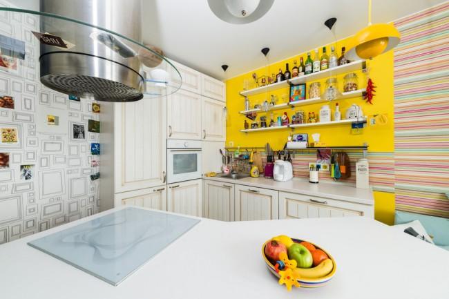 Желтый цвет в веселом, немного сумасшедшем, интерьере кухни стиля эклектика