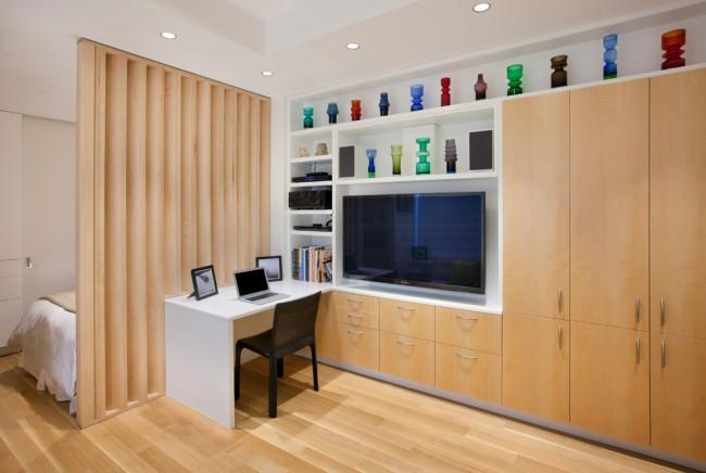 Отделение спальной зоны декоративной деревянной перегородкой