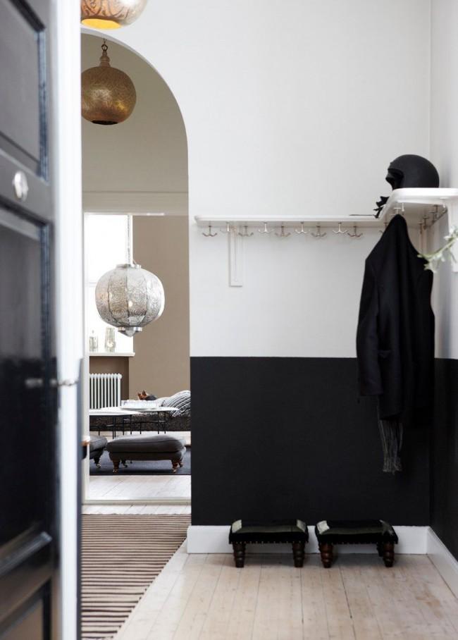 Переход из коридора в гостиную, оформленный в виде высокой арки