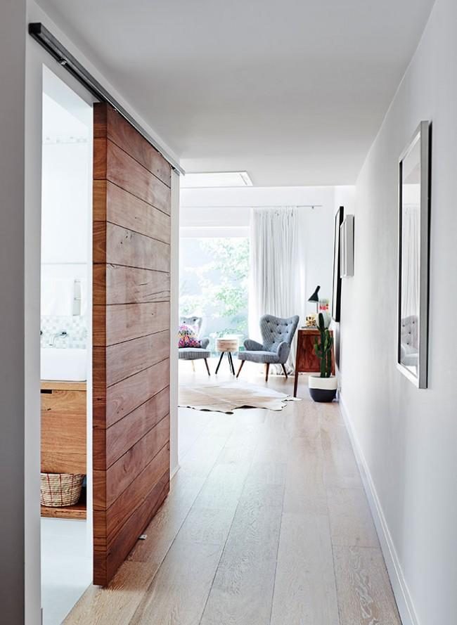 Амбарная дверь - интересное решение для многих стилей