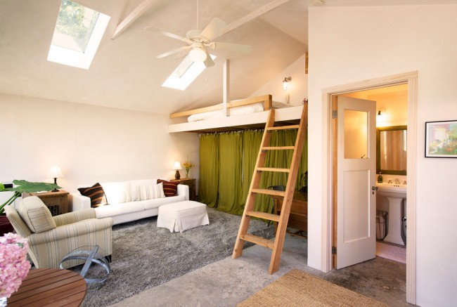 Кровать-чердак для взрослых также может комбинироваться с рабочей зоной и прочей мебелью