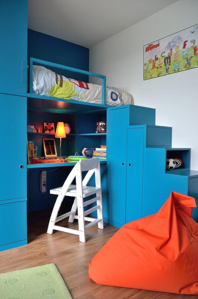Эффектное сочетание темной бирюзы и яркого терракота в дизайне детской мебели