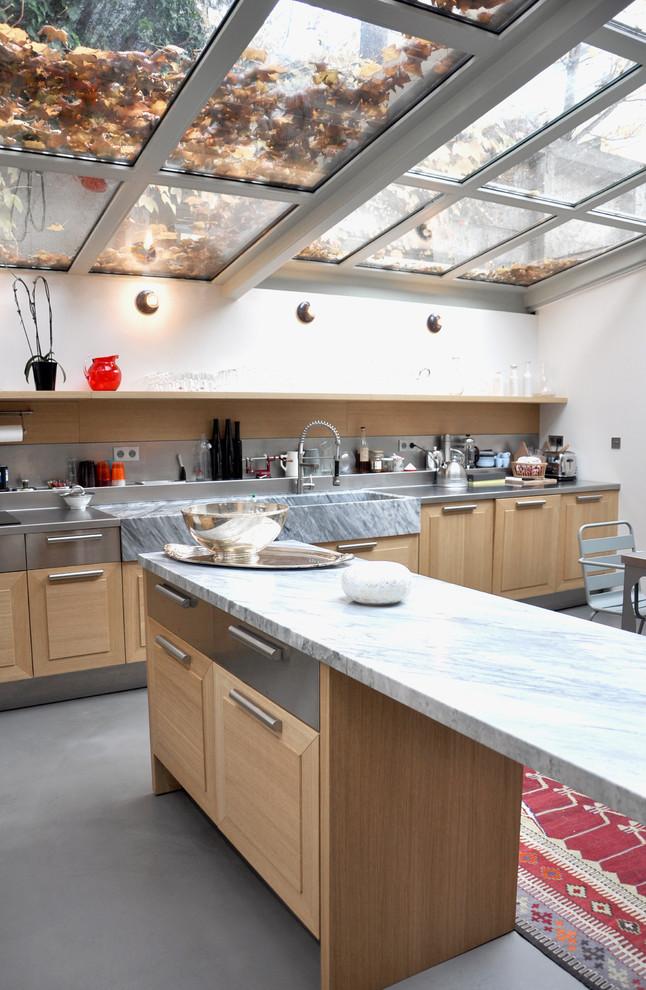 Поликарбонатная (или из закаленного стекла) крыша закрытой кухни благодаря солнечному свету сделает помещение намного светлее