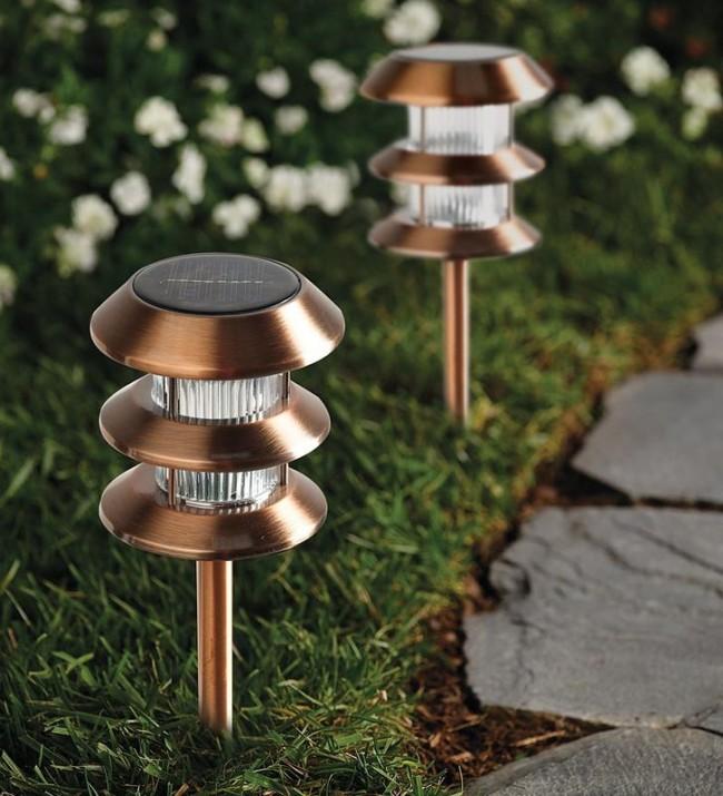 Фонари с накопительными элементами - прекрасный вариант для освещения дорожки к летней кухне и беседке