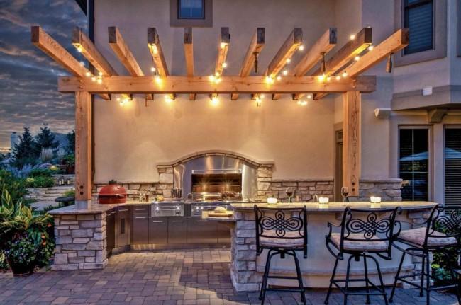 Гармоничное сочетание освещения и стиля летней кухни