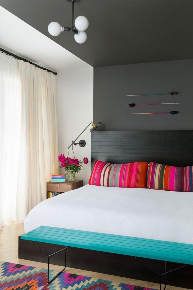Если спальня небольшая, то такой минималистичный вариант люстры будет оптимальнымспальня небольшая, то данный вариант люстры будет оптимальным