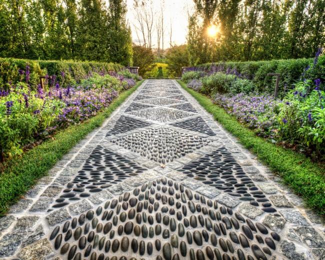 Мозаика садовой дорожки - один из способов украсить загородный участок