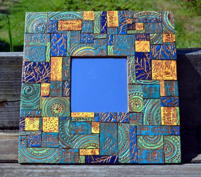 Зеркало с отделкой из мозаики смотрится просто восхитительно