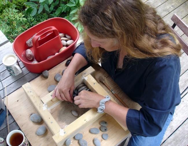 Другой способ декора ландшафта - выложить дорожку из отдельных небольших плит, украшенных мозаикой