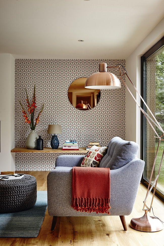 Стиль 50-х: обои с мелким, не кричащим геометричным рисунком на одной стене делают комнату не монотонной