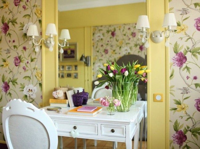 Желтые обои, желтый молдинг и весенний цветочный узор