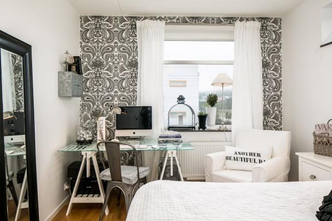 Контрастные черно-белые обои на одной из стен