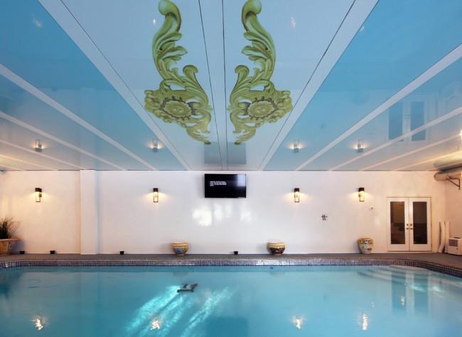 Пластиковые потолочные панели - отличный вариант для отделки потолка бассейна