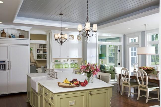 Красивый практичный потолок в интерьере классической кухни