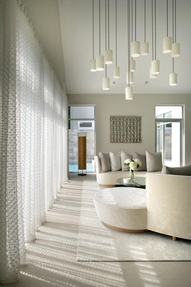 Для комнаты с дефицитом освещения лучше выбрать легкие, максимально светопрозрачные шторы, если полное их отсутствие претит