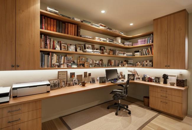 Большой угловой домашний офис со множеством ящиков и стеллажей