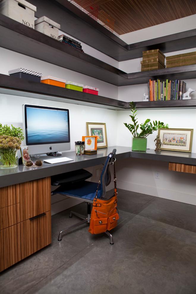 Рабочая зона с угловым компьютерным столом и полками над ним