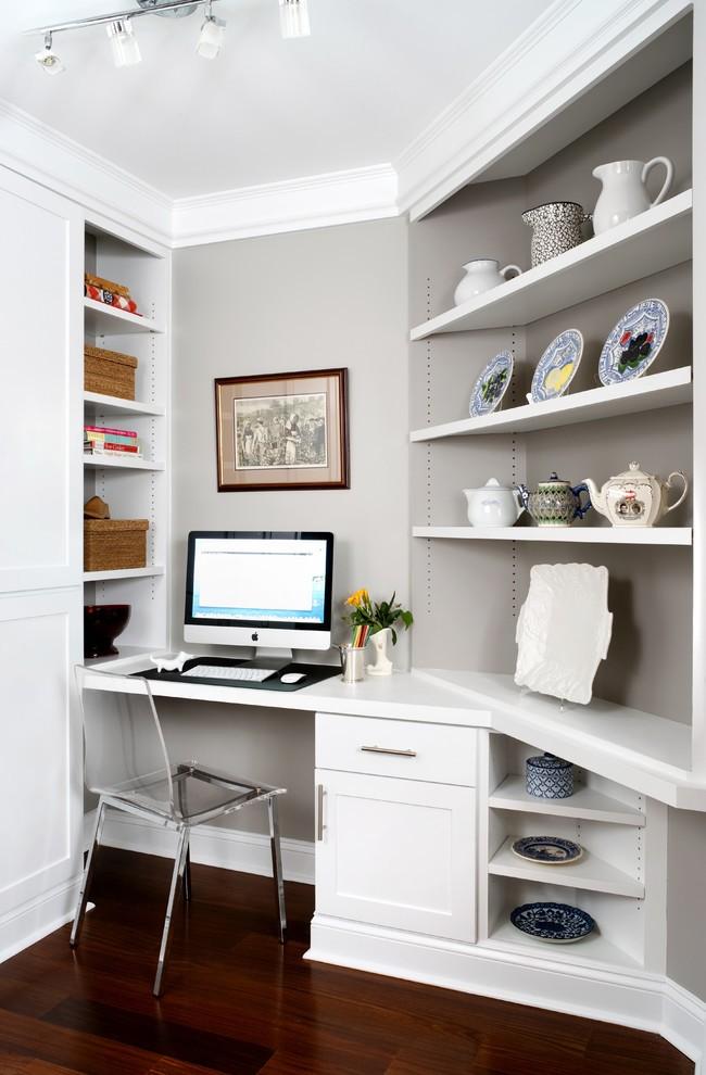 С помощью встроенного углового стола можно, не перегружая комнату, бесшовно объединить рабочее место с остальной жилой зоной