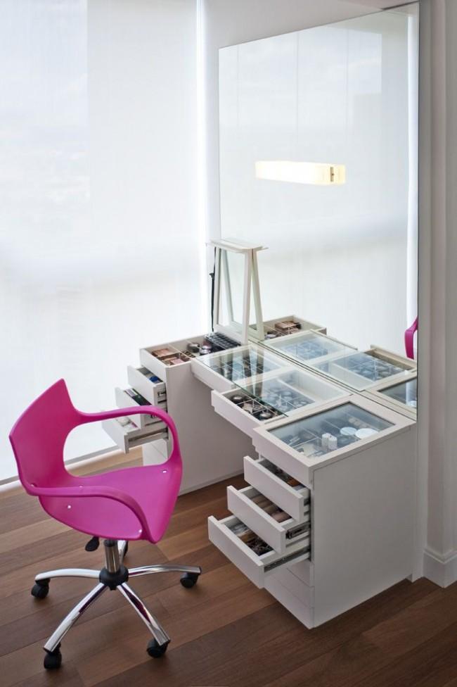 Функциональный туалетный столик с большим зеркалом и множеством ящиков для хранения косметики и не только. Идея стеклянных крышки столешницы и ящиков популярнее всего в гардеробных комнатах