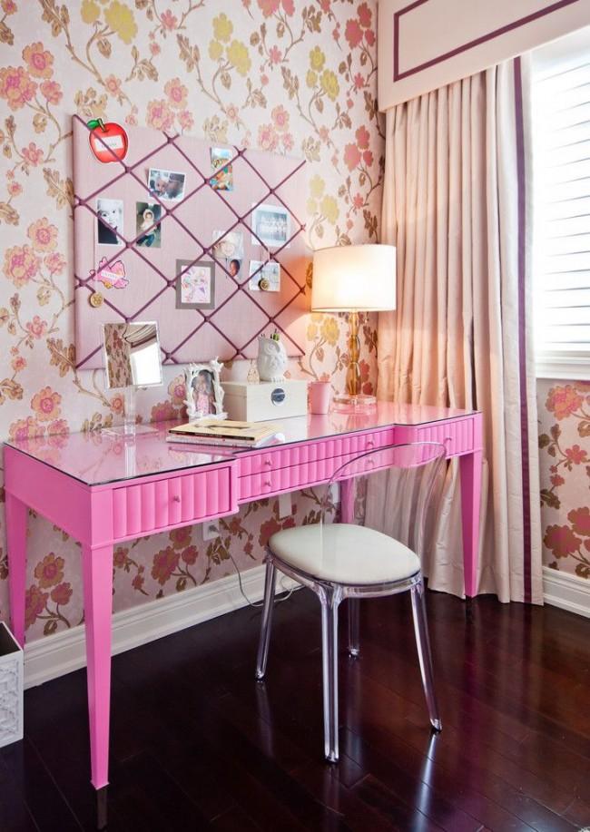 """Уголок для """"наведения красоты"""" молодой девушки: розово-золотистый растительный рисунок обоев и ярко-розовый столик"""