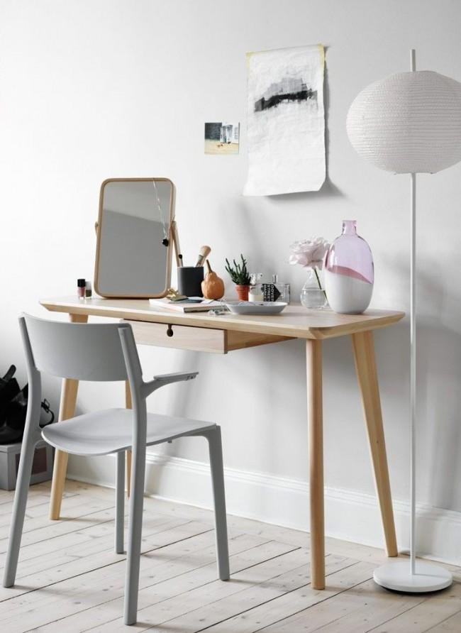 Еще один минималистичный туалетный столик от Ikea с небольшим складным зеркалом