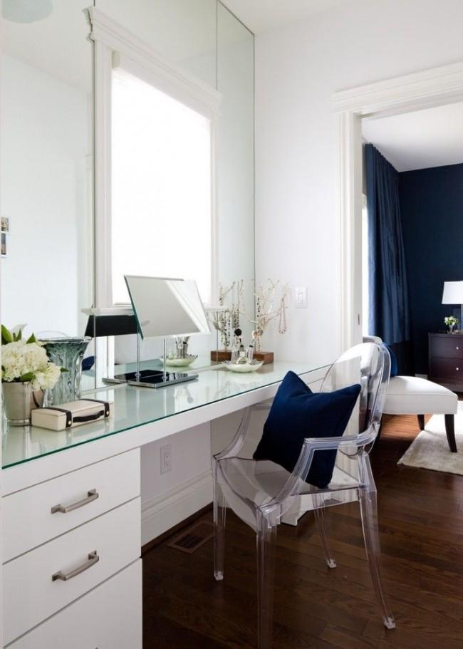 Аккуратный стильный туалетный столик у окна не выделяется из общего интерьера. Есть общеизвестный прием, например для удобного хранения записей и для аккуратного вида столешницы: накрыть ее оргстеклом