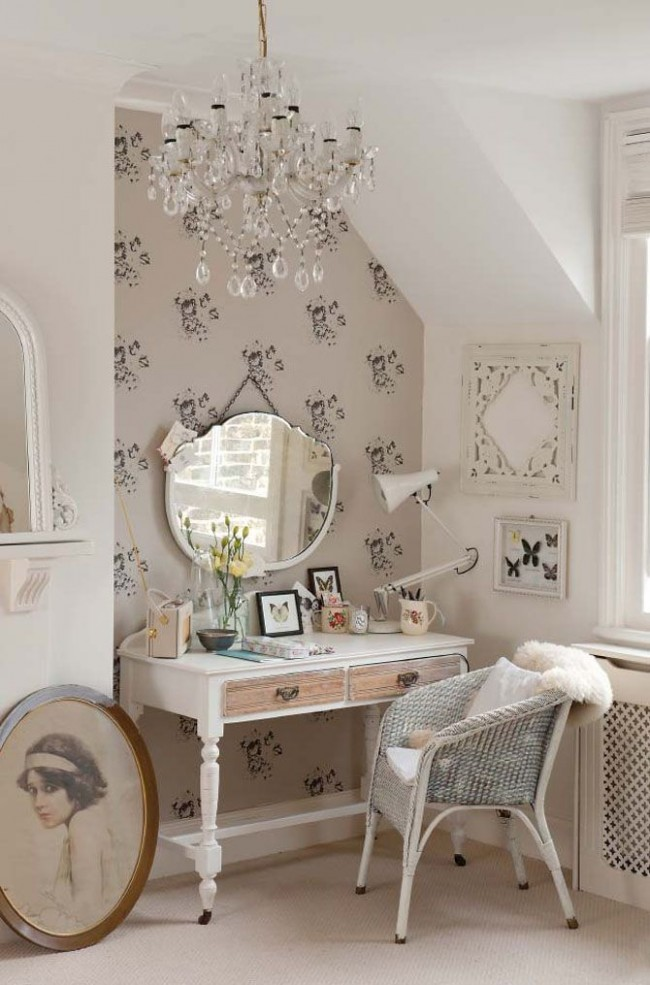 Плетеное кресло в уголке комнаты, оформленной в стиле шебби-шик