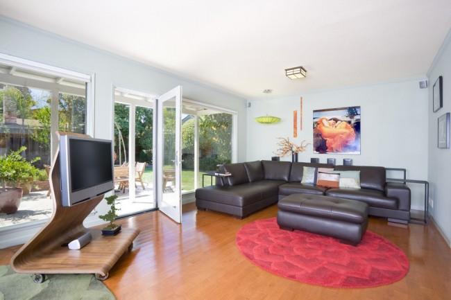 Разнообразная мебель под телевизор бывает разных форм и размеров