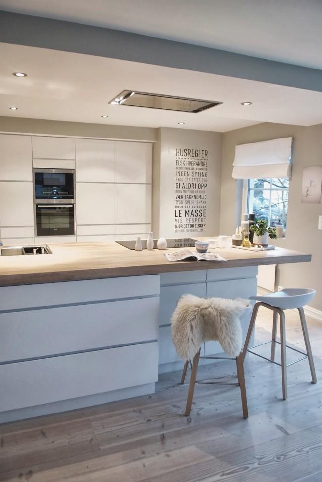 Кухня в скандинавском стиле с аккуратной, встроенной в потолок, вытяжкой