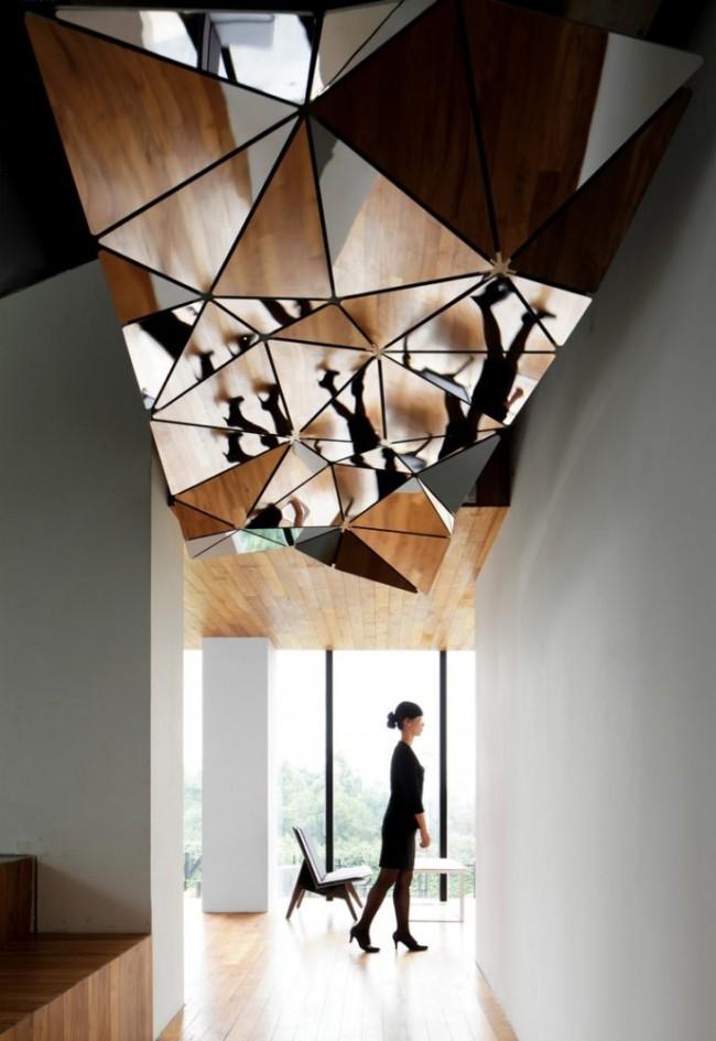 Если вы хотите визуально поднять границу потолка и усилить освещение, то отличным дизайнерским решением станут потолочные зеркала.