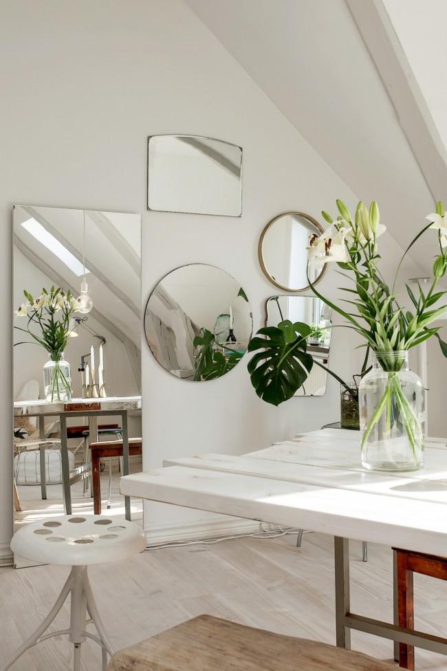 """Белые стены можно украсить разными по форме и размеру зеркалами, получившийся """"ряд окон"""" оживляет комнату и делает ее намного светлее"""