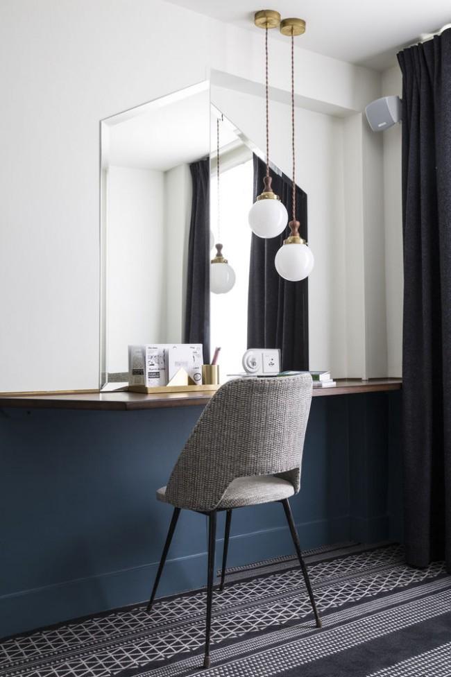 Прямоугольное зеркало без рамы подойдет почти для любой комнаты.