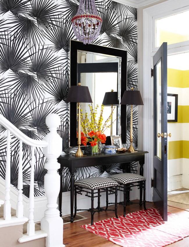 Черно-белые обои с масштабным тропическим растительным рисунком, классический консольный столик и декор